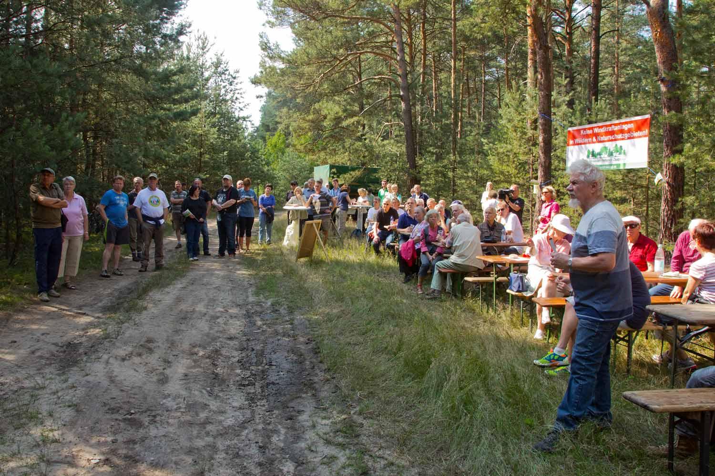 Protestwanderung gegen Windräder im Wald
