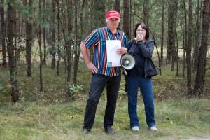 Renate Krüger (LINKE, rechts) auf der Protestwanderung gegen Windräder im Wald