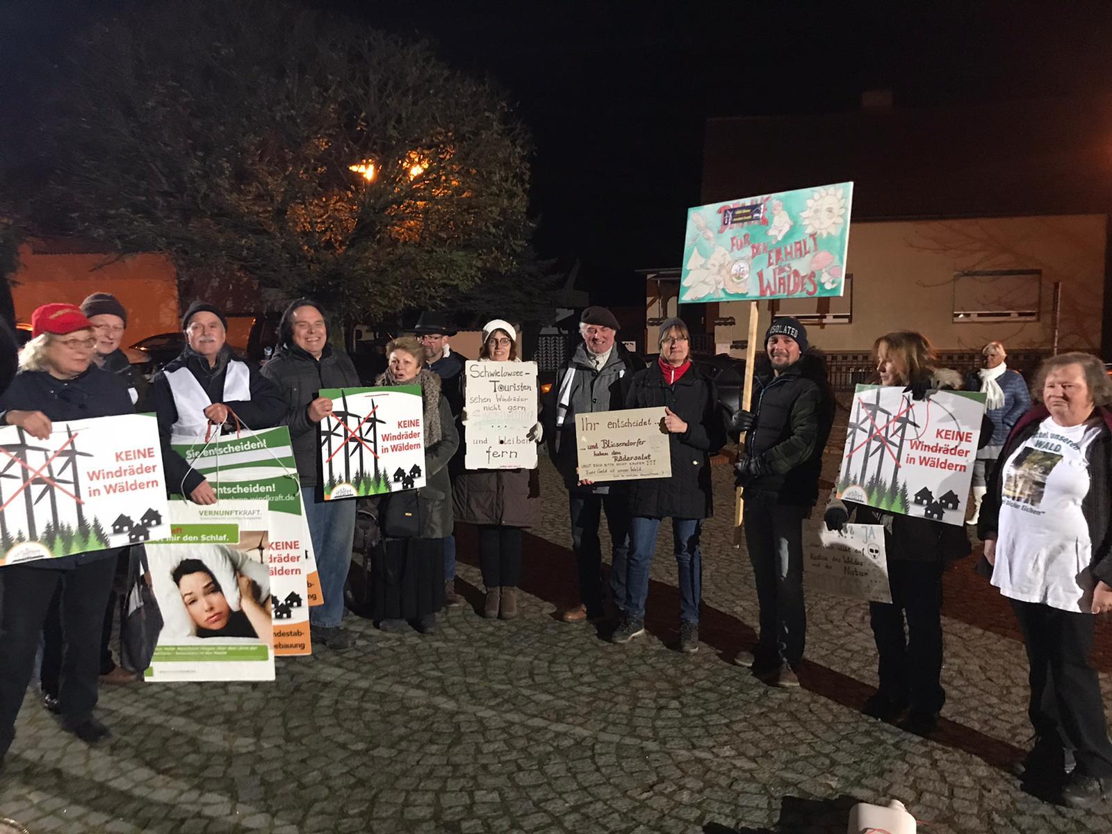 Tolle Demo heute (04.12.2019) vor dem Rathaus der Gemeined Schwielowsee gegen 7 geplante Windräder im Wald